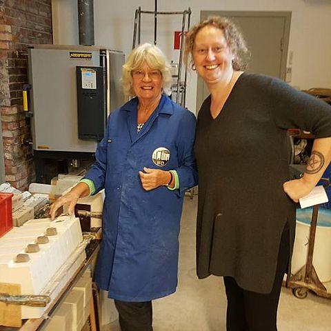 Ulla och Christina gjuter krukor i verkstaden